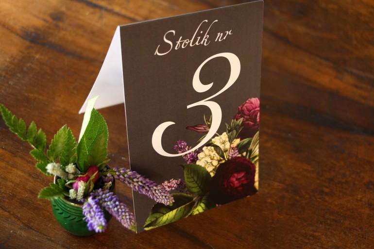 Numery stolików weselnych z kwiatowym bukietem w stylu vintage