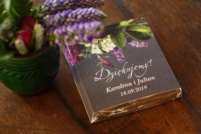Podziękowanie dla gości weselnych w postaci mlecznej czekoladki, owijka z kwiatowym bukietem w stylu vintage
