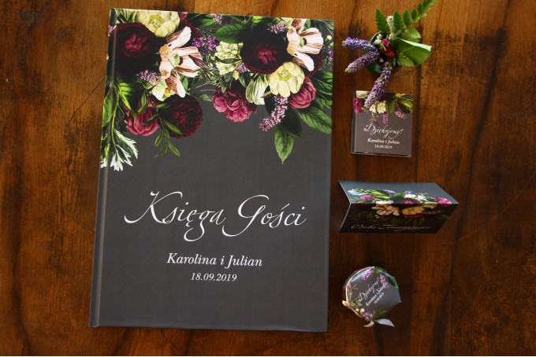 Ślubna, weselne Księga Gości z kwiatowym bukietem w stylu vintage w kolorystyce burgundu i purpury z dodatkiem zieleni