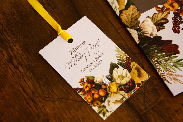 Zawieszki na butelki weselne z botanicznym bukietem w stylu vintage