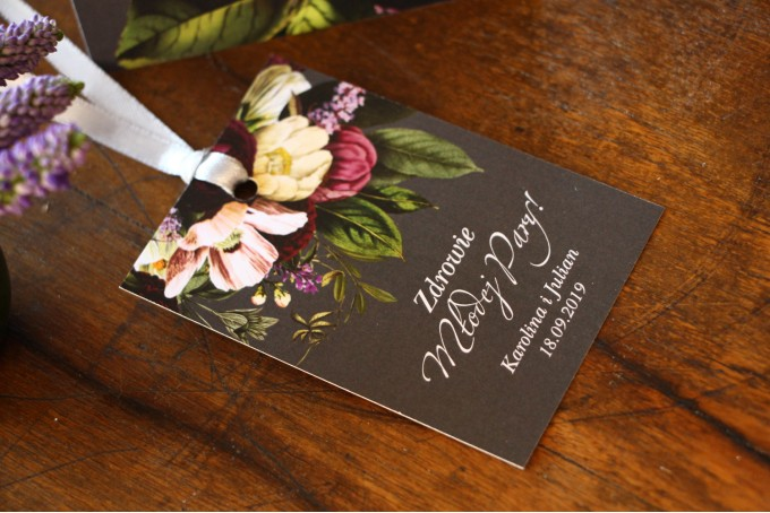 Zawieszki na butelki weselne z kwiatowym bukietem w stylu vintage w kolorystyce burgundu i purpury z dodatkiem zieleni