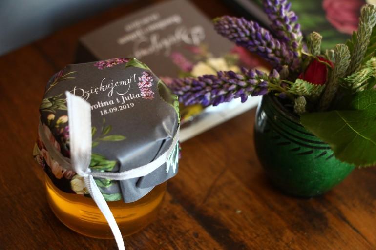 Podziękowania dla gości weselnych w postaci słoiczków z Miodem. Kapturem z kwiatowym bukietem w stylu vintage