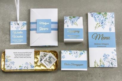 Zaproszenia ślubne z niebieską hortensją, ozdobna owijka z tasiemką rypsową białą oraz ze złoceniem imion - Lotaro nr 1