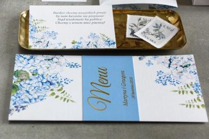 Menu weselne z niebieską hortensją oraz złoceniem na okładce
