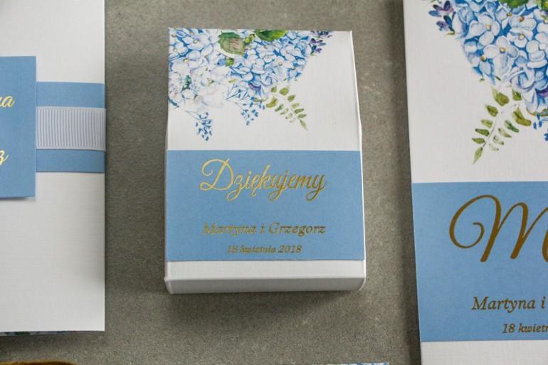 Pudełeczko na słodkości jako podziękowania dla gości weselnych - Grafika z niebieską hortensją oraz złoceniem na froncie.