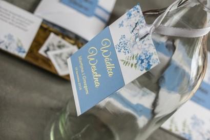 Zawieszki na butelki weselne ze złoceniem. Grafika z niebieską hortensją.