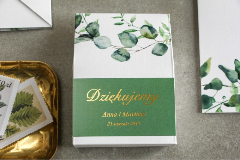 Pudełeczko jako podziękowania dla gości weselnych - Grafika z zielonymi liśćmi eukaliptusa oraz złoceniem na froncie.