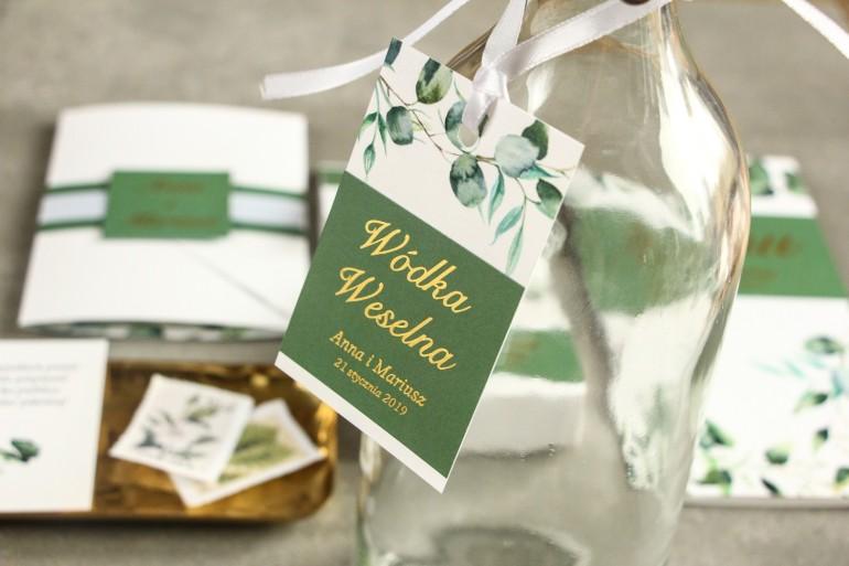 Zawieszki na butelki weselne ze złoceniem. Grafika z zielonymi liśćmi eukaliptusa