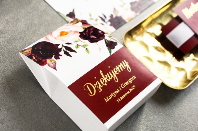 Pudełeczko na słodkości jako podziękowania dla gości weselnych - Burgundowa Grafika z różami, paprocią i eukaliptusem