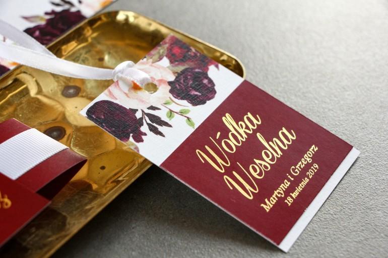 Burgundowe Zawieszki na butelki weselne ze złoceniem. Grafika z różami, paprocią i eukaliptusem