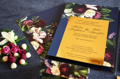 Granatowe zaproszenia ślubne w stylu glamour ze złota ramką z dodatkiem bukietu burgundowych i różowych kwiatów