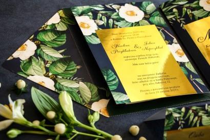 Granatowe zaproszenia ślubne w stylu glamour ze złotą ramką z białą kamelią i dodatkiem zielonych liści