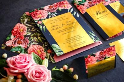 Granatowe zaproszenia ślubne w stylu glamour ze złota ramką, różowymi piwoniami i różami z dodatkiem zielonych liści