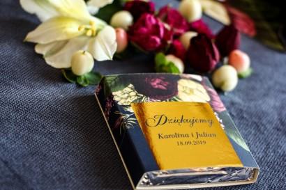 Podziękowanie dla gości weselnych w postaci mlecznej czekoladki. Złota, granatowa owijka z dodatkiem bukietu kwiatów