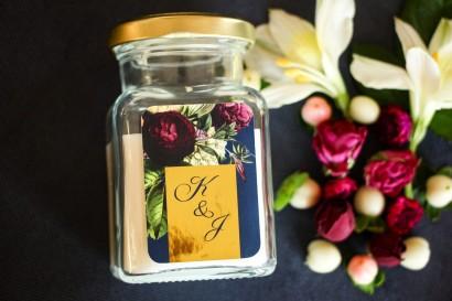 Świeczki - podziękowania dla gości weselnych w stylu Glamour. Złocona, etykieta z dodatkiem bukietu kwiatów
