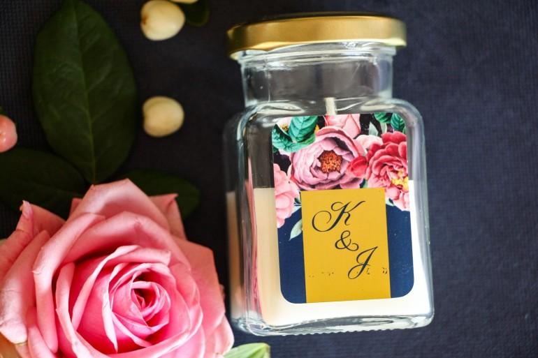 Świeczki - podziękowania dla gości weselnych w stylu Glamour. Złocona, etykieta z różowymi piwoniami i różami