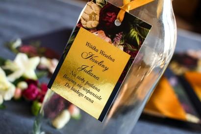 Złote zawieszki na butelki weselne w stylu Glamour. Granatowa grafika z dodatkiem bukietu burgundowych i różowych kwiatów