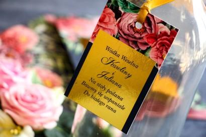 Złote zawieszki na butelki weselne. Granatowa grafika z różowymi piwoniami i różami z dodatkiem zielonych liści