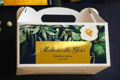 Pudełko na Ciasto Weselne ze złoceniem w stylu Glamour. Granatowa grafika z białą kamelią i dodatkiem zielonych liści