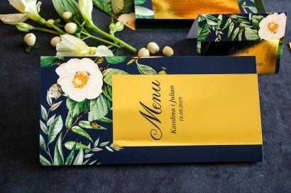 Złocone Menu weselne w stylu Glamour, granatowa grafika z białą kamelią i dodatkiem zielonych liści