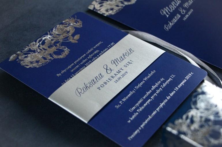 Eleganckie granatowo – srebrne zaproszenia ślubne w stylu glamour ze srebrną, perłową opaską