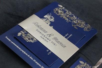 Eleganckie granatowo – srebrne zaproszenia ślubne w stylu glamour ze srebrną, perłową opaską oraz bilecikiem