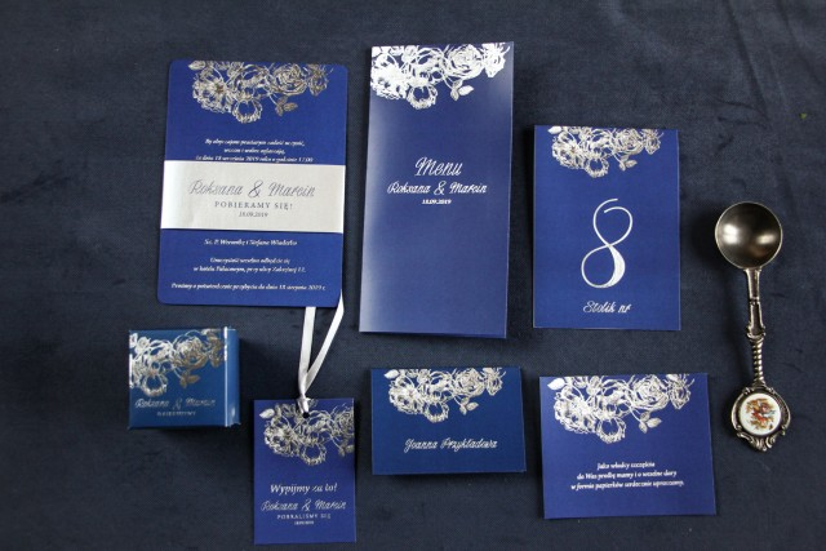 Zestaw próbny - Eleganckie granatowo – srebrne zaproszenia ślubne w stylu glamour ze srebrną, perłową opaską