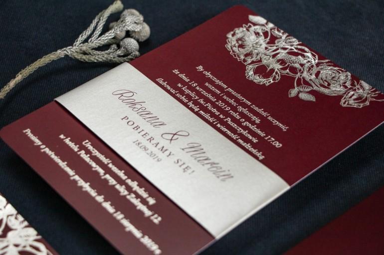 Eleganckie bordowo – srebrne zaproszenia ślubne w stylu glamour ze srebrną, perłową opaską