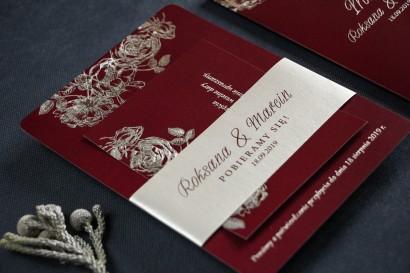 Eleganckie bordowo – srebrne zaproszenia ślubne w stylu glamour ze srebrną, perłową opaską oraz bilecikiem