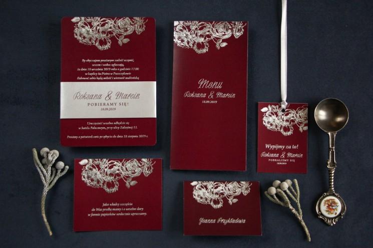 Eleganckie bordowo – srebrne zaproszenia ślubne w stylu glamour ze srebrną, perłową opaską - Zestaw próbny