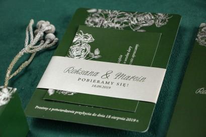 Eleganckie zielono – srebrne zaproszenia ślubne w stylu glamour ze srebrną, perłową opaską oraz bilecikiem