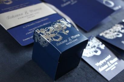 Granatowo – srebrne Pudełeczko na słodkości dla gości ze srebrzonymi napisami jako podziękowania dla gości.