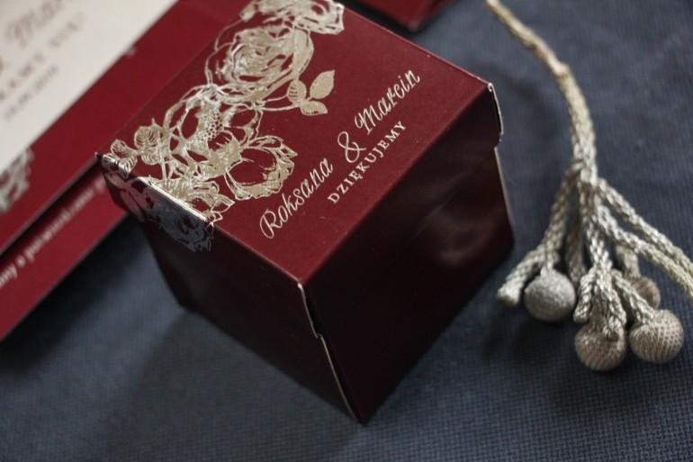 Bordowo – srebrne Pudełeczko na słodkości dla gości ze srebrzonymi napisami jako podziękowania dla gości.