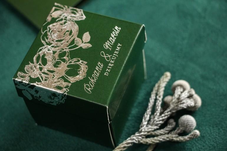 Zielono – srebrne Pudełeczko na słodkości dla gości ze srebrzonymi napisami jako podziękowania dla gości.