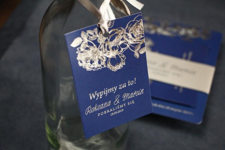 Granatowo – Srebrne zawieszki na butelki weselne ze srebrzeniem w stylu Glamour.