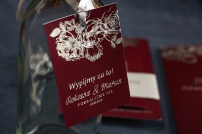 Bordowo – Srebrne zawieszki na butelki weselne ze srebrzeniem w stylu Glamour.