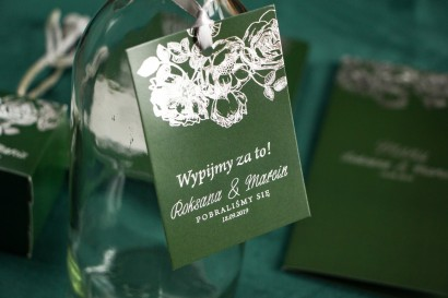 Zielono – Srebrne zawieszki na butelki weselne ze srebrzeniem w stylu Glamour.