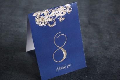 Granatowo - Srebrne Numery Stolików weselnych w stylu Glamour ze srebrzeniem