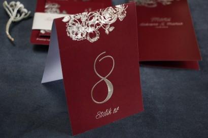 Bordowo - Srebrne Numery Stolików weselnych w stylu Glamour ze srebrzeniem