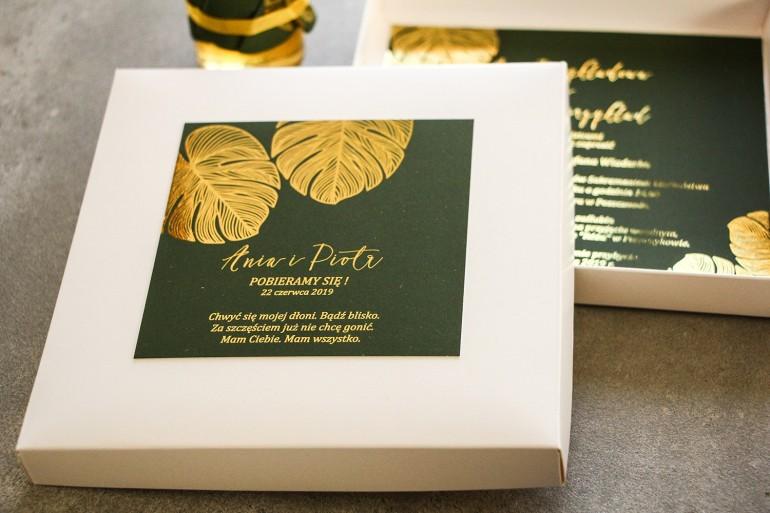 Zaproszenia ślubne glamour w pudełku – połączenie eleganckiego pudełka z zielenią i złoconymi liśćmi monstery