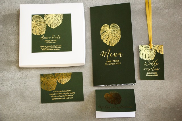 Zaproszenia ślubne glamour w pudełku – połączenie eleganckiego pudełka z zielenią i złoconymi liśćmi monstery - zestaw próbny