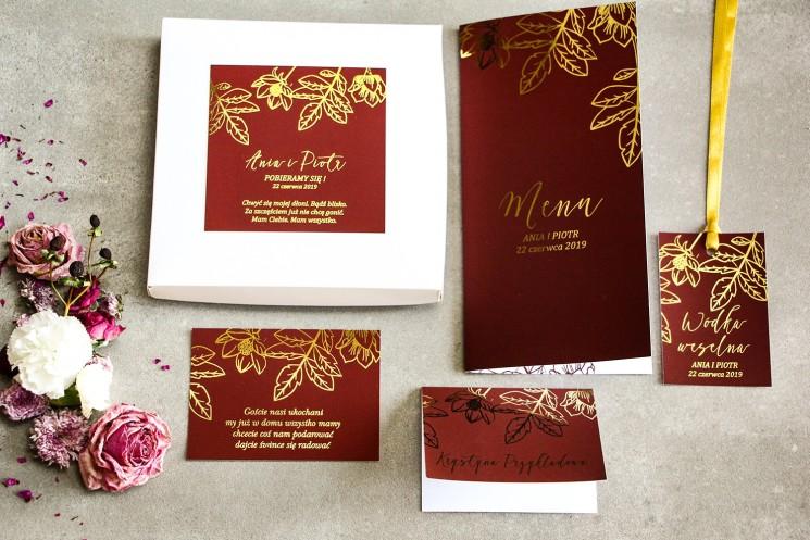 Bordowe zaproszenia ślubne glamour w pudełku – połączenie eleganckiego pudełka z kolorem bordowym i złoceniami - zestaw próbny