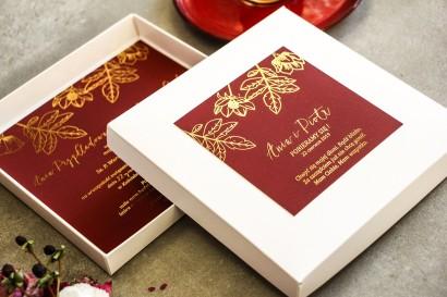 Bordowe zaproszenia ślubne glamour w pudełku – połączenie eleganckiego pudełka z kolorem bordowym i złoconymi gałązkami