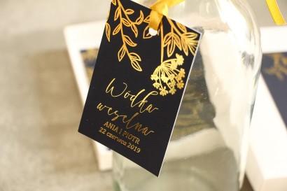 Złocone Zawieszki na butelki weselne w stylu Glamour. Eleganckie połączenie granatu ze złoconymi gałązkami