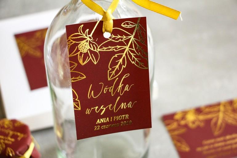 Złocone Zawieszki na butelki weselne w stylu Glamour. Eleganckie połączenie bordo ze złoconymi gałązkami