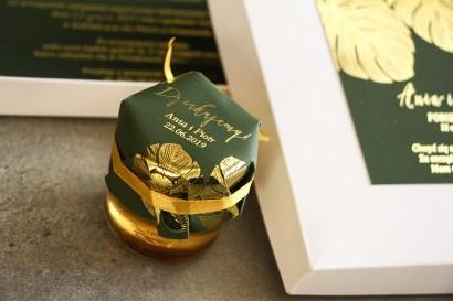 Słoiczek z miodem - podziękowanie dla gości w stylu Glamour. Eleganckie połączenie zieleni ze złoconymi liśćmi monstery