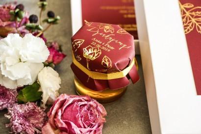 Słoiczek z miodem - podziękowanie dla gości w stylu Glamour. Eleganckie połączenie bordo ze złoconymi gałązkami