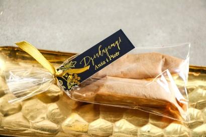 Podziękowania dla Gości w postaci słodkich Krówek. Eleganckie połączenie granatu ze złoconymi gałązkami