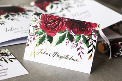 Burgundowe, bordowe Winietki ślubne ze złoconymi gałązkami w stylu glamour, motyw bordowych piwonii z zielonymi gałązkami
