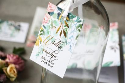 Różowe zawieszki na butelki weselne ze złoconymi gałązkami w stylu glamour, motyw delikatnych, różowych piwonii z eukaliptusem